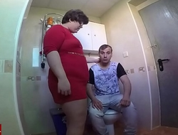 Le pilla haci&eacute_ndose una paja en el wc pero &eacute_l dice que estaba cagando.GUI024