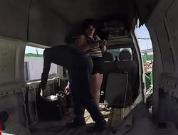 Enculada a la gorda en una furgoneta abandonada. v&iacute_deo voyeur con c&aacute_mara.GUI022