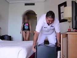 Semidesnuda exhibiendose frente al hombre de mantenimiento del hotel